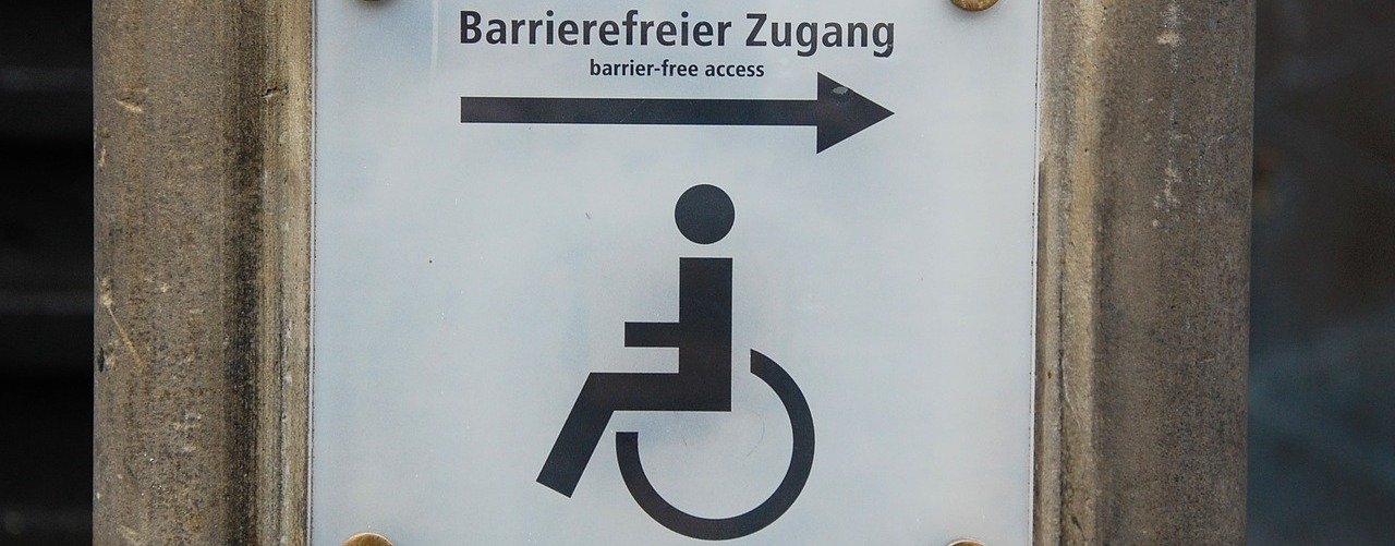 Teilhabe oder Barriere - Schild Barrierefreier Zugang