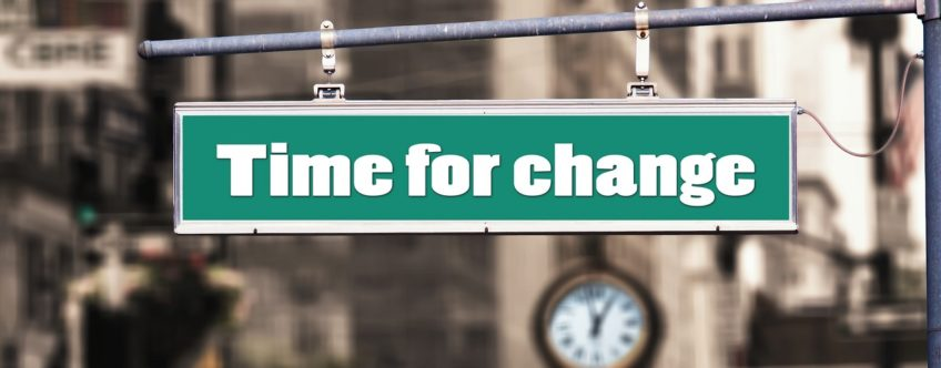 "Schild mit der Inschrift ""Time for change"""